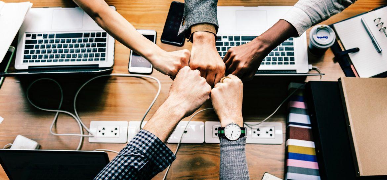 5 étudiants avec leur ordinateur et leur téléphone